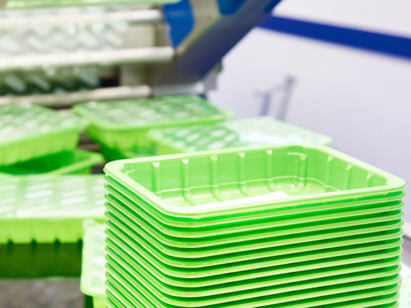 Machine packing plastic food containers